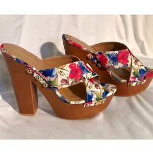 Qupid Criss Cross Floral Pumps w/ Clunky Heel